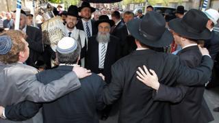 La entrada de un Torá a la sinagoga judía de Halle, Alemania