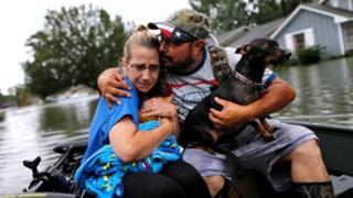 テキサス州オレンジ市で避難する人たち(30日)
