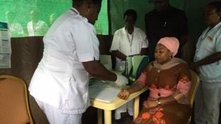 Des députés tanzaniens participent au dépistage du VIH