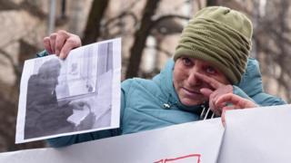 Мама Станіслава Клиха на акції біля адміністрації президента