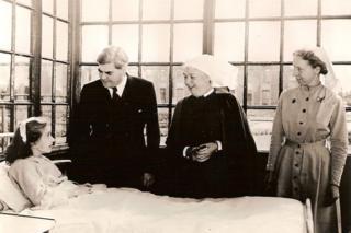 安奈林•贝文在NHS启动的当天在曼彻斯特公园 医院