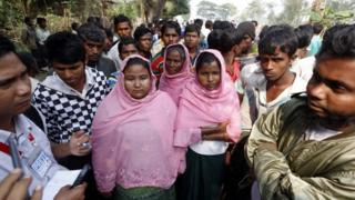 ويعيش معظم الفارين في مناطق عشوائية ومخيمات رسمية للاجئين وفي قرى منطقة المنتجعات في بنغلاديش في كوكس بازار.