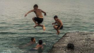 Um grupo de garotos na região do Mar Negro, na Abecásia