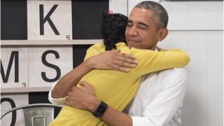 Obama 2015 yılında genç bir mülteciye sarılırken