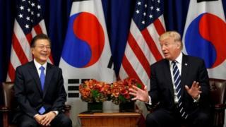 首脳会談に臨む韓国の文大統領(写真左)とトランプ米大統領(21日、ニューヨーク)