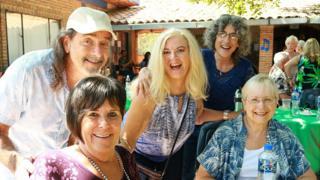 Grupo de americanos sorri para foto