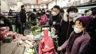 قفسه های برخی از فروشگاهها بخاطر هجوم جمعیت برای خرید مواد غذایی خالی شده است