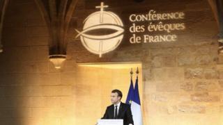 """En France, le président Macron provoque une polémique en déclarant devant des évêques qu'il veut """"réparer"""" le lien entre l'Eglise et l'Etat."""