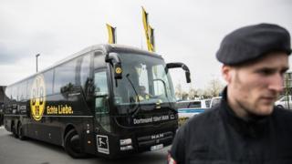 Polisi akisimama mbele ya basi la timu ya Borussia Dortmund lililoshambuliwa