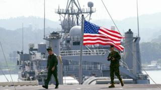 Американские военные в порту в бухте Субика на Филиппинах