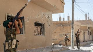 مقاتلين من ميليشيا وحدات حماية الشعب الكردية