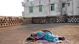 Жінка лежить