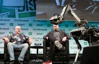 """Marc Reibert (der.) presenta a """"Spot"""" en una conferencia organizada por Techcrunch"""
