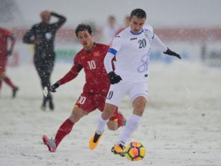 Tursunov Dostonbek của Uzbekistan tranh bóng với Công Phượng của Việt Nam trong trận chung kết AFC U23 hôm 27/1