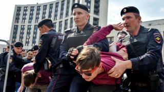 این اولین باری نیست که شهروندان روسی دست به تظاهرات مشابهی میزنند؛ یک ماه پیش هم هزاران نفر در اعتراض به مسدودسازی تلگرام به خیابانهای مسکو آمده بودند