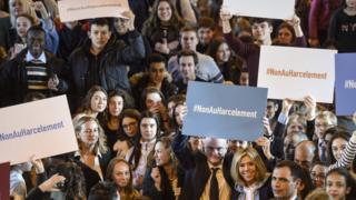 O ministro da Educação da França, Jean-Michel Blanquer, e a primeira-dama, Brigitte Macron, participam de manifestação contra o assédio