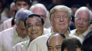 美国总统特朗普、中国总理李克强、越南总理阮春福、新加坡总理李显龙等依次进入马尼拉东盟50周年纪念晚会会场(12/11/2017)