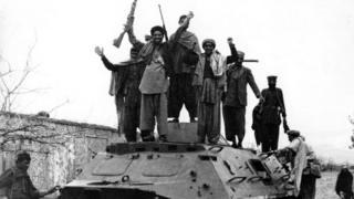 Советтик БТРди ээлеп алган моджахеддер.