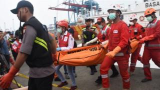 Petugas PMI dan DVI Polri mengevakuasi jenazah korban jatuhnya pesawat Lion Air bernomor registrasi PK-LQP dengan nomor penerbangan JT 610 dari kapal KN SAR Drupada menuju RS Polri saat tiba di Posko SAR Tanjung Priok, Jakarta, Sabtu (3/11).