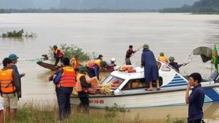 Đưa hàng cứu trợ tới các vùng lũ lụt ở Quảng Bình