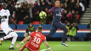 Neymar alizomwa na mashabiki wa Paris St-Germain baada ya kumnyima Edinson Cavani fursa ya kuwa mchezaji aliyeifungia klabu hiyo mabao mengi wakati wa mechi dhidi ya Dijon