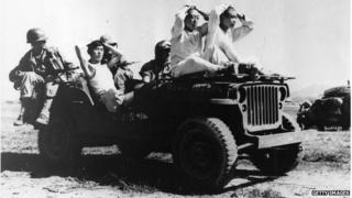 6·25 전쟁 당시 인민군 포로가 미군에게 이송되고 있다.