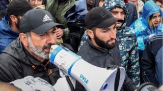 نیکول پاشینیان، رهبر مخالفان درحال صحبت برای معترضان