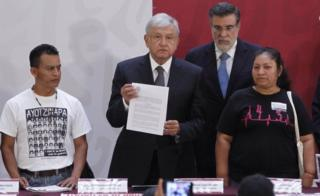 López Obrador firmó el decreto para crear la Comisión de la Verdad.