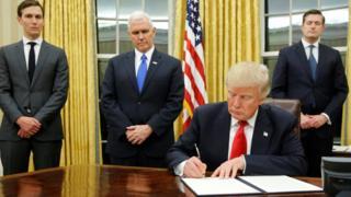 الرئيس الأمريكي دونالد ترامب يوقع أول الأوامر التنفيذية بعد تنصيبه