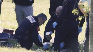 """法国警方拆弹专家在巴约讷市郊处理一批""""埃塔""""组织枪支(8/4/2017)"""