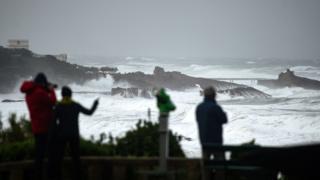 موج ها بلند در اثر توفان آملی در سواحل جنوب غربی فرانسه