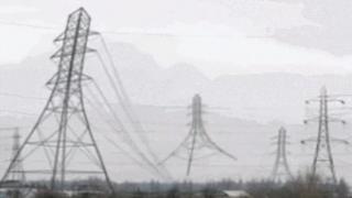 Tres torres de cableado eléctrico usadas como gif (Imagen: @IamHappyToast)