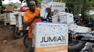 Un livreur de Jumia arrange un produit à l'entrepôt Ikeja de l'entreprise à Lagos.