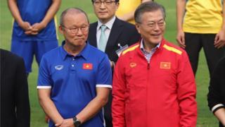 Huấn luyện viên Park Hang-Seo (trái)