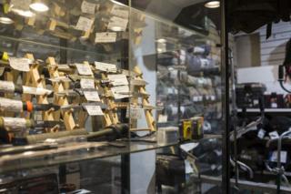 Ножи в охотничьем магазине