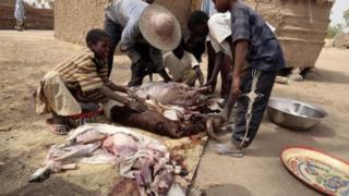 Au Niger, en période de ramadan, les fidèles musulmans rompent le jeûne avec un repas constitué de viande.