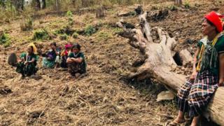 ချင်းတောင်မှာ တောင်ယာလုပ်ရင်း အနားယူနေသူ ချင်းအမျိုးသမီးများ