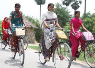 Бихар провинциясындагы өспүрүм кыздар велосипед менен мектепке келүүгө мүмкүнчүлүк алышкан