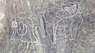 Geoglifo de mono y una figura humano.