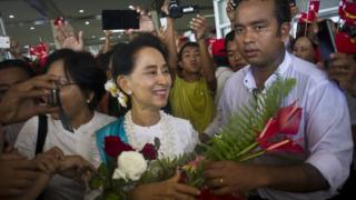 Aung San Suu Kyi arrives in Thandwe city in Rakhine, Myanmar (16 Oct 2015)