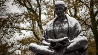 ગાંધીજીની આત્મકથાની પ્રથમ આવૃતિ 1927માં પ્રકાશિત થઈ હતી
