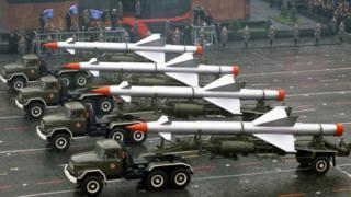 """Зенитные ракеты класса """"земля-воздух"""" на параде, посвященном 65-й годовщине Октябрьской революции, на Красной площади"""