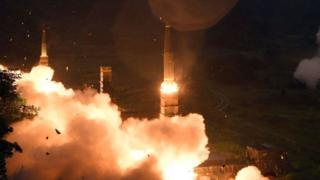 Hàn Quốc phóng tên lửa Hyunmu-2 qua Biển Đông trong cuộc tập trận chung Hàn Quốc-Hoa Kỳ nhằm phản ứng vụ Bắc Hàn phóng thử tên lửa đạn đạo xuyên lục địa hôm 29/7/2017