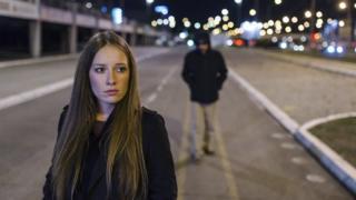 """النساء والفتيات في بريطانيا يواجهن تحرشا """"شديدا"""" في الشوارع"""