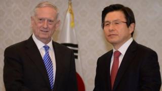 Ông Mattis (phải) nói với Tổng thống tạm quyền Hwang Kyo-ahn về liên minh mạnh mẽ