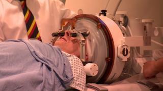 Selwyn Lucas durante su operación