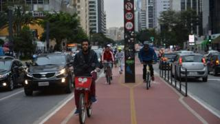 Imagem mostra ciclovia e carros na Avenida Paulista