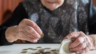 Senhora conta moedas