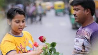 फूल ख़रीदती लड़की