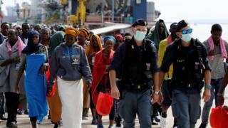 Мигранты прибыли в Италию